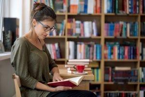 kobieta czytająca w bibliotece