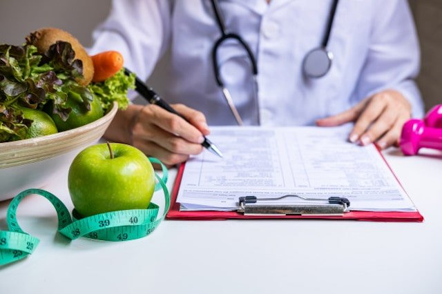 dietetyk-z-dzialaniem-zdrowych-owocow-warzyw-i-tasmy-mierniczej-wlasciwym-odzywianiem-i-dieta_