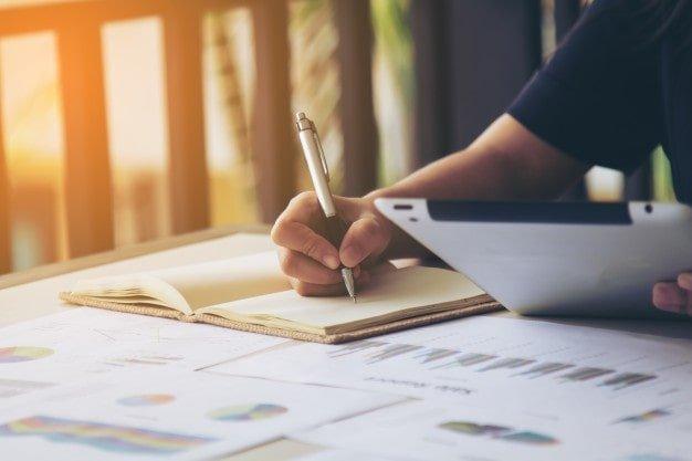 podpis-kobiety-biznesu-w-dokumencie_