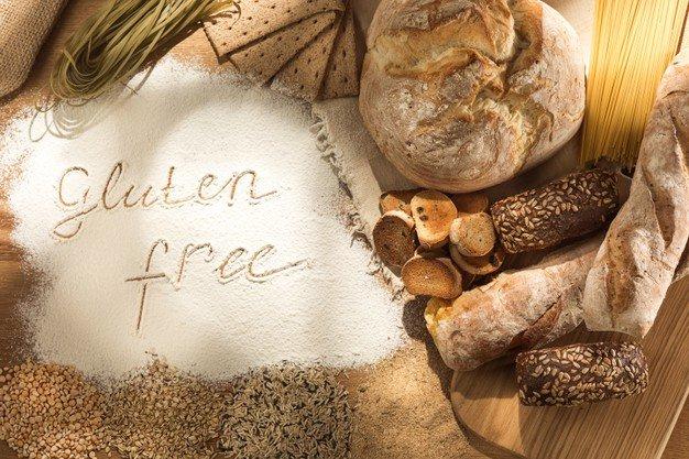 zywnosc-bezglutenowa-rozne-makarony-chleb-i-przekaski-na-drewnianym
