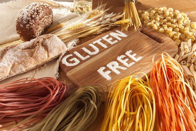 zywnosc-bezglutenowa-rozne-makarony-chleb-i-przekaski-na-podloze-drewniane-z-widoku-z-gory-pojecie-zdrowej-i-diety