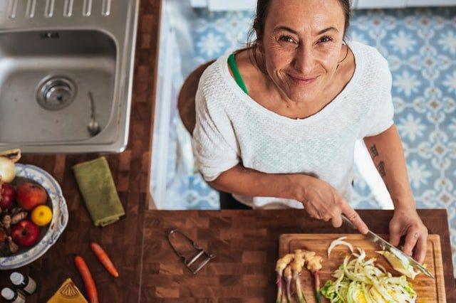 kobieta krojąca warzywa